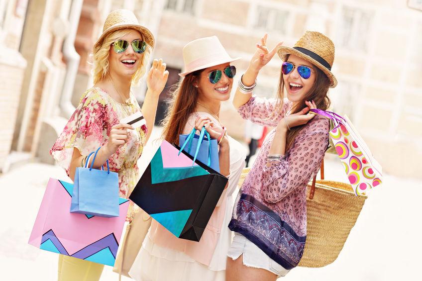 shoppende Frauen, die Produktpräsentation auf der Straße betreiben