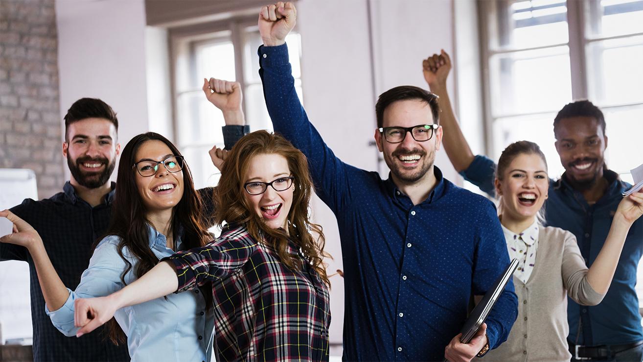 Fröhliche Gruppe von Menschen einem erfolgreichen Präsentationstraining