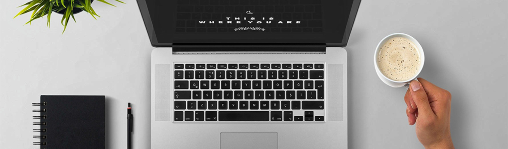 Laptop auf dem Tisch mit einer Online-Präsentation Banner